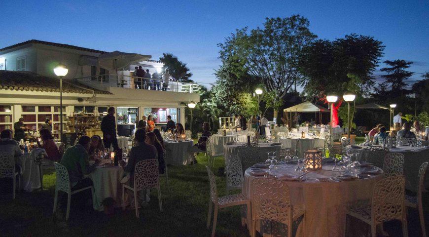 Disfruta de la cocina mediterránea bajo las estrellas en el Jardín Maestral